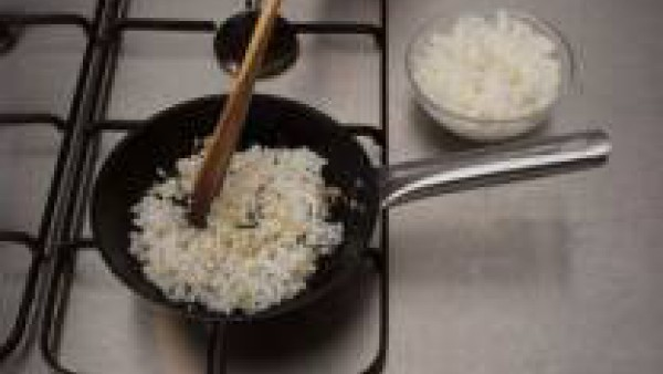Mientras, corta el ajo a láminas y trocea la cebolla, todo finamente picado. Pon la sartén con el aceite de oliva y dora los ingredientes.