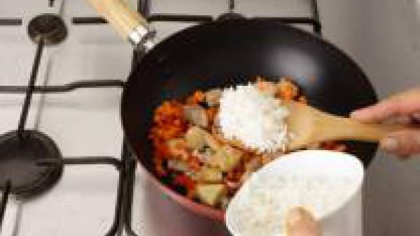 Añade el arroz ya cocido, la pimienta y el aceite de sésamo. Sazona todo con Avecrem. Mézclalo unos 3 minutos. Retira del fuego y sirve.