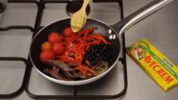 Sazona con Avecrem de Verduras -30% de sal y pásalas por la harina. Sacúdelas para retirar el exceso. Calienta el aceite y fríe las berenjenas a fuego medio.