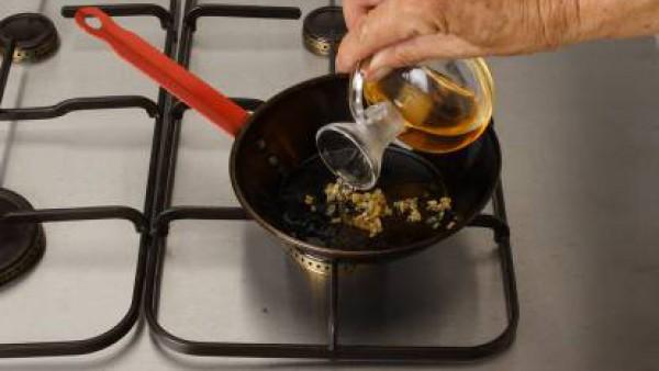 Pela el diente de ajo y pícalo finamente. Pon en una sartén al fuego el aceite y fríe los ajos hasta que estén dorados. Retira la sartén del fuego, sazona con Avecrem 100% Natural 8 Verduras y agrega