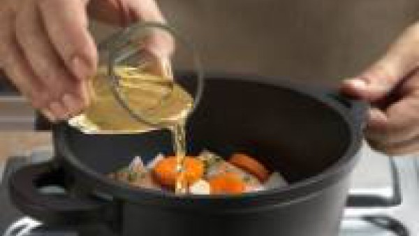 Añade también el vino blanco y dos vasitos de agua. Sazona con una pastilla de Avecrem Caldo de Pollo.