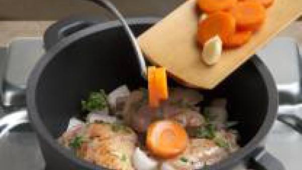Pica muy menudito la cebolla, el ajo y el  perejil, también la zanahoria en rodajas finas. Agrégalo todo a la cazuela.