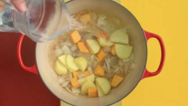 Añade la calabaza, la patata, 3 vasos de agua y la pastilla de Avecrem Caldo de Pollo desmenuzada.