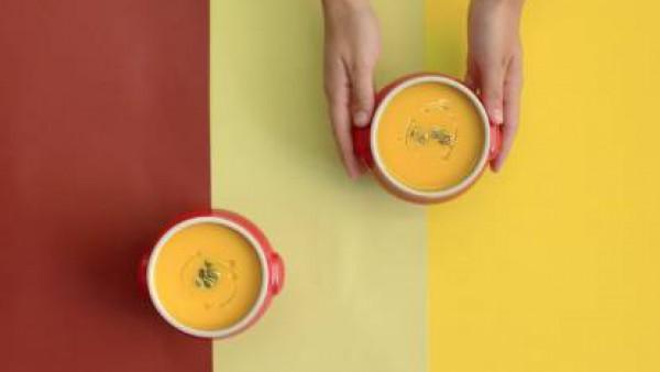 Sirve la crema y decora con pipas de calabaza y un chorrito de aceite.