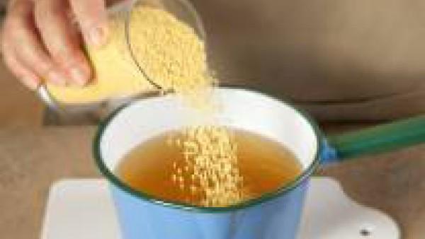 Añade los champiñones fritos y deja hervir 1 minuto. Seguidamente, aparta el cazo del fuego y añade el vaso de cuscús. Mezcla, tapa y deja reposar 15 minutos para que absorba el caldo.