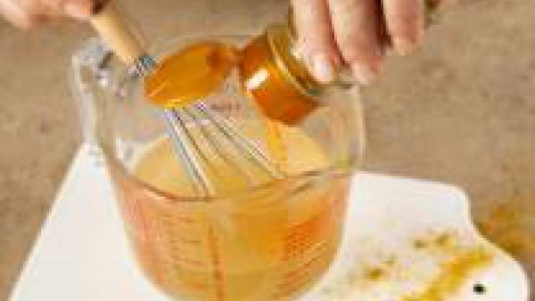 Disuelve en el vaso de agua la pastilla de Avecrem Caldo de Pollo desmenuzada y el curry. Caliéntalo en una cazuela pequeña hasta que hierva.