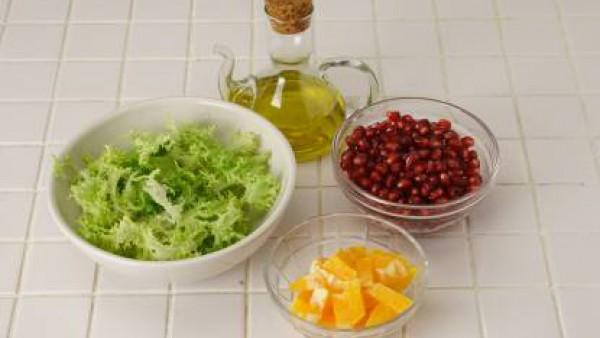 Aliña con aceite de oliva, mezclado con el vinagre y una pizca de comino y otra pizca de Avecrem 100% Natural 8 Verduras, todo bien batido.  Sirve de inmediato.