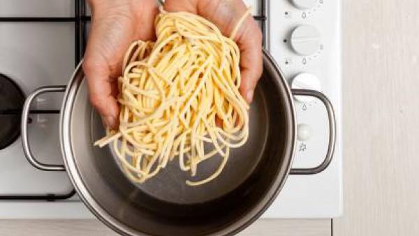 Cómo preparar Espaguetis con jamón y setas. Paso 2