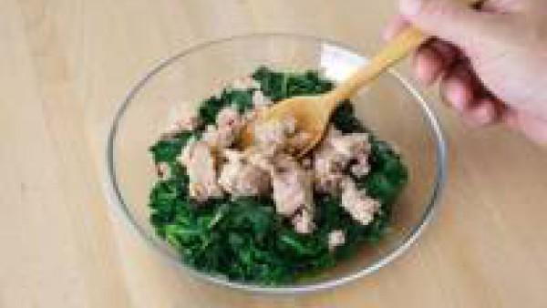 Mezcla las espinacas con el atún escurrido, rellena el hojaldre y coloca por encima los huevos duros cortados en rodajas. Prepara Mi Salsa Bechamel con la leche, siguiendo las instrucciones del sobre