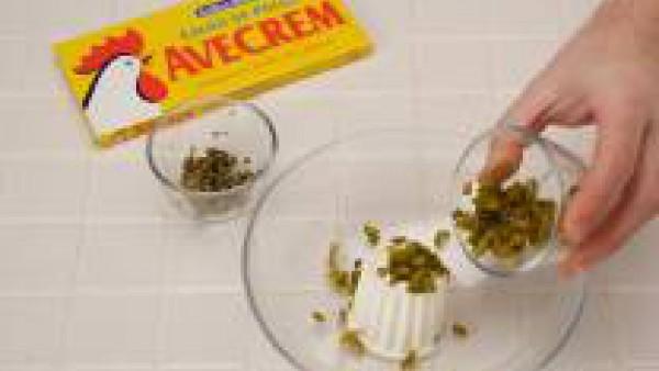 Rellena el hueco que ha quedado al extraer las yemas con la pasta del paso anterior. A continuación, reboza las mitades rellenas, primero en harina y después en huevo batido. Fríelas.