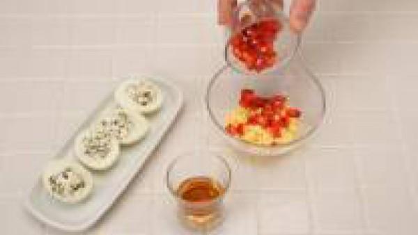 Pocha la cebolla y los dientes de ajo en aceite. Añade un poquito de harina y una pizca de Avecrem 100% Natural 8 Verduras. Tritúralo todo en la batidora y añádele un poquito de agua y la hoja de laur