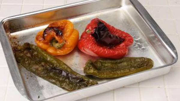 Para empezar asa en el horno el pimiento, el calabacín, la berenjena y los champiñones.