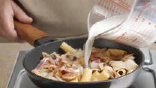 Añade la leche con la otra pastilla de Avecrem Caldo de Pollo desmenuzada. Añade la pimienta al gusto y deja a fuego medio hasta que la leche espese.