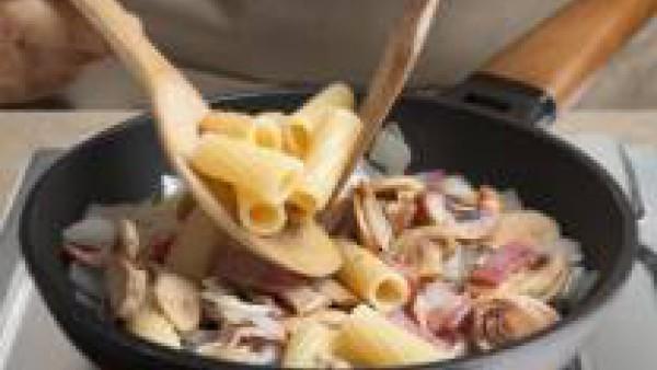 Añade la pasta, bien seca, a la sartén y rehoga todo junto para que los macarrones adquieran el gusto del resto de ingredientes.