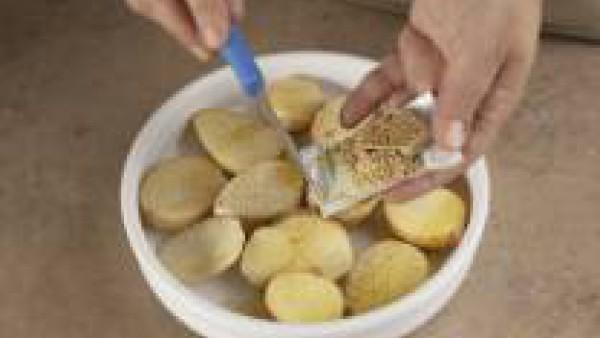 Espolvoréalas con la pimienta y una pastilla de Avecrem Caldo de Pollo Gallina Blanca desmenuzada y ponlas en un recipiente apto para el microondas.