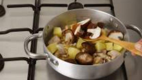 También incorpora las setas limpias y troceadas. Rehoga unos minutos, moja con el vino, cubre con un vaso de agua y deja cocer hasta que todo este tierno (unos 20 minutos a fuego lento).