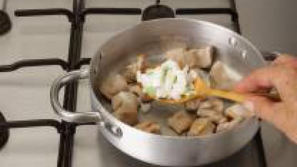 En una cazuela con aceite, rehoga los trozos de pavo y sazona con Avecrem. Añade la cebolleta troceada y los ajos cortados en láminas. Condimenta con el laurel, el clavo y el azafrán. Cuando la carne