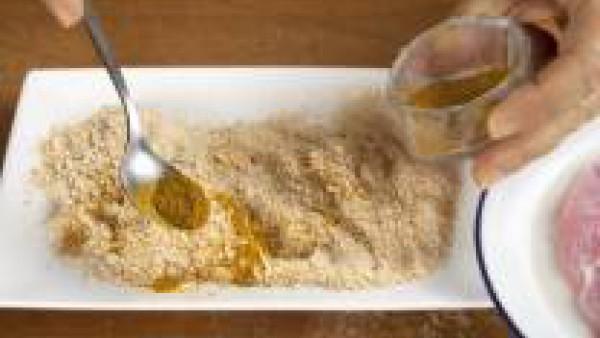 Mezcla el curry con el pan rallado y reboza las pechugas.
