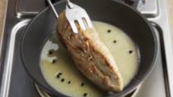 Añade entonces con cuidado el vinagre. Liga toda la salsa e incorpora las pechugas a la salsa para que cojan el sabor de ésta. Sírvelas calientes.