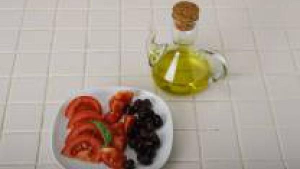 Finalmente escurre sobre papel de cocina. Sírvelas en el plato con unos tomates trinchados y aliñados con aceite de oliva y unas aceitunas negras.