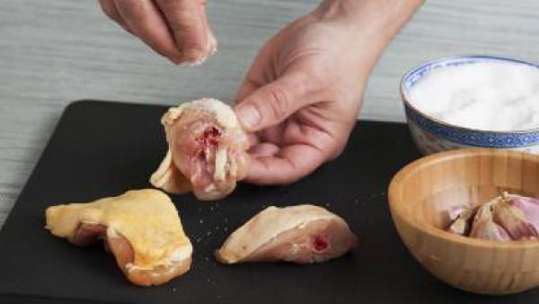 Pon los trocitos de pollo en una cacerola con aceite de oliva, dos dientes de ajo sin pelar c(on una ligera incisión en ellos) y el orégano.  Deja que se vaya haciendo hasta que se dore ligeramente.