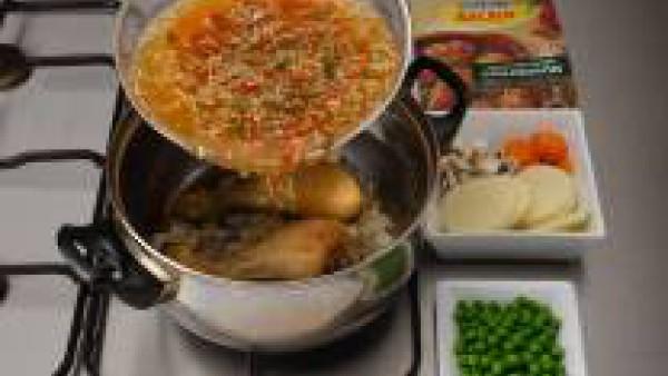 Agrega el sobre de Mi Salsa Chilindrón de Gallina Blanca  (siguiendo sus instrucciones del sobre). Añade las zanahorias, los guisantes y los champiñones.