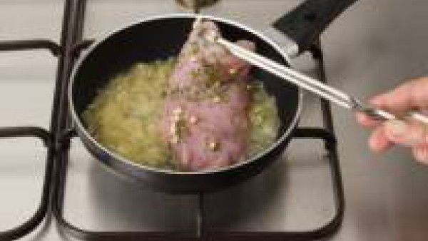 En una sartén con aceite pon el sofrito de cebolla y aún sin dorar añade los filetes. Deja que se hagan al gusto. Retira los filetes y deja la cebolla; vierte la copa de oloroso y deja reducir. Sirve