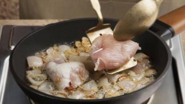 Pica la cebolla y los dientes de ajo muy pequeños y dóralos en una sartén con un chorro de aceite de oliva hasta que tomen color. En ese momento, incorpora las pechugas a la sartén para que se cuezan.