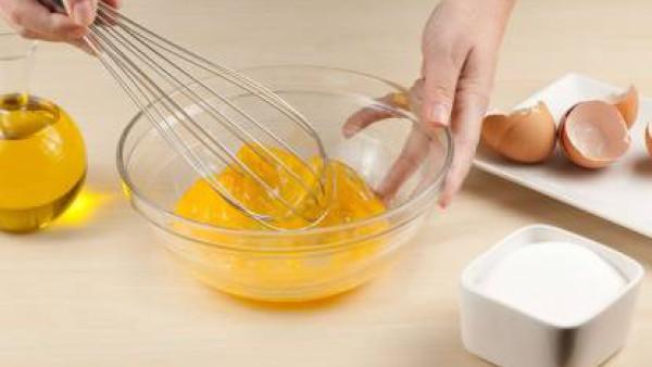 bate los huevos con el azúcar