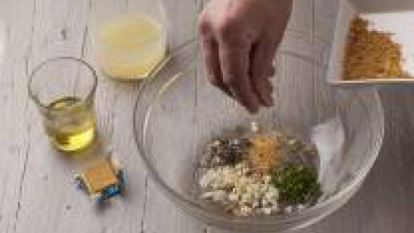 Mezcla los dientes de ajo picados, la albahaca picada, el perejil, el tomillo fresco, la pimienta negra, la sal, el jugo de limón y el aceite de oliva en un bol. Añade la pastilla Avecrem Dúo Paella d