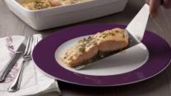 Coloca las supremas de salmón en una fuente de horno, añádeles un chorrito de aceite de oliva por encima y cubre la fuente con papel de aluminio.  Cuece en el horno el salmón unos 15-20 minutos depend