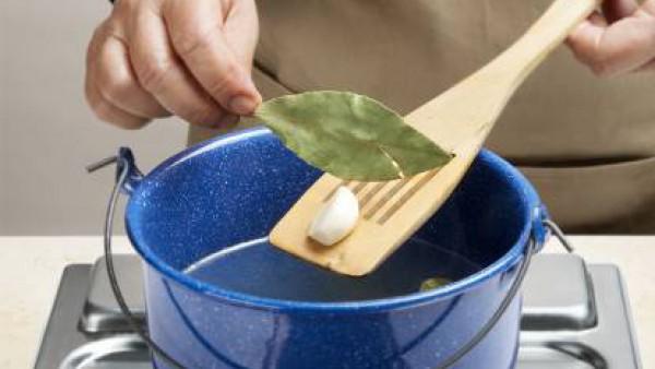 Pon agua a hervir en una olla con una hoja de laurel, el diente de ajo y la pastilla de Avecrem Caldo de Pollo.