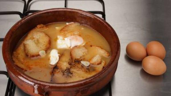 En unas cazuelitas de barro, echa la yema de huevo y los taquitos de pan. Cuando esté lista la sopa, vierte en las cazuelitas y sirve.