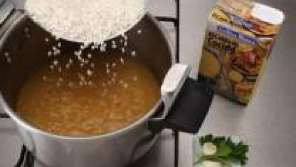 Pon el agua a hervir el agua, con el diente de ajo y la pastilla de Avecrem. En el primer hervor se echa el arroz y se deja cocer a fuego lento 10 minutos.