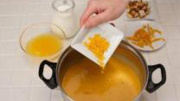 Retira del fuego e incorpora el zumo de naranja. Tritura y cuela la sopa. En el momento de servir añade nuez moscada al gusto.