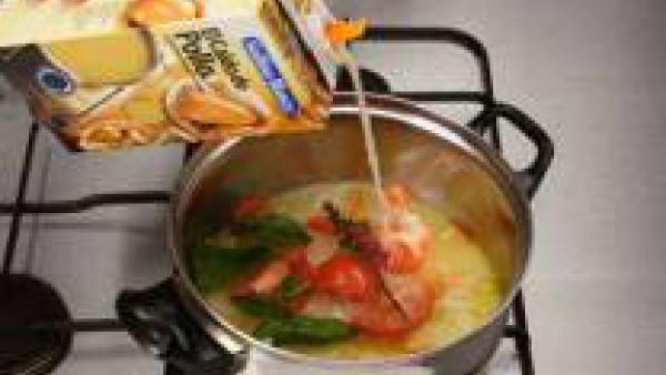Incorpora la cebolla y el Caldo Casero de Verduras 100% Natural hasta cubrir los ingredientes. Sazona con el tomillo y una pizca de Avecrem Caldo de Pollo. Deja cocer hasta que las zanahorias estén ti