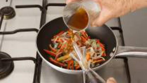 Se dora el pimiento, el ajo y la cebolla en la sartén con un poquito de aceite. Cuando esté empezando a dorarse, se echa el jengibre y, a continuación, la soja y el vaso escaso de caldo.
