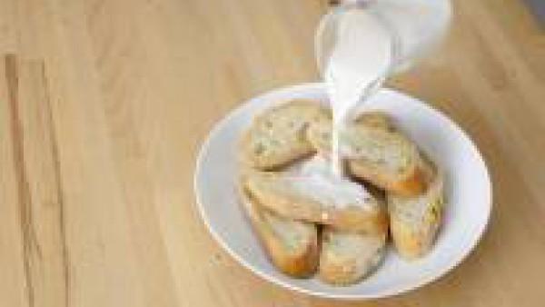 Corta unas rebanadas de pan del día anterior y remójalas en leche.