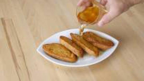 Prepara un almíbar con el vino blanco o dulce y el azúcar