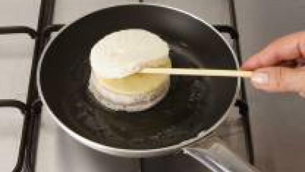 Pon un poco de mantequilla en la sartén y deja que se funda, de manera que todo el fondo de la sartén tenga un poco de mantequilla.