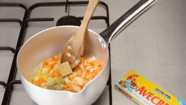 Bate bien los huevos y pon el sofrito con las patatas. En la sartén con aceite haz una tortilla procurando que sea más alta que ancha. Dora bien y reserva. Pon en una olla alta un pimiento verde corta
