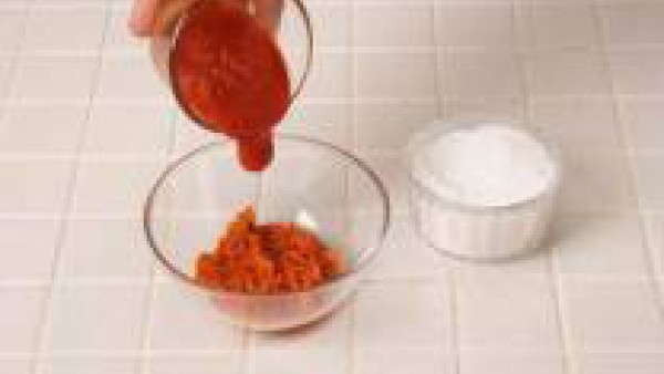 Calienta en el microondas unos segundos la sobrasada y mézclala con el Tomate Frito Gallina Blanca y el azúcar.
