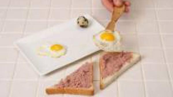 Freír el huevo de codorniz, sazónalo con un poco de Avecrem Caldo de Pollo desmenuzado y ponlo encima de cada rebanada.