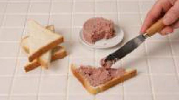Corta el pan de molde en forma de triángulo. Úntalo con el foie-gras.