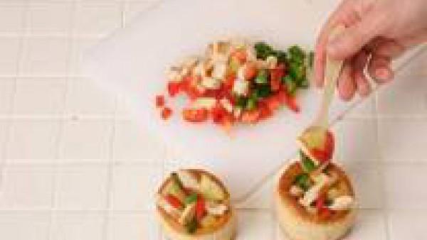 Mezcla todos los ingredientes y sazónalos con una pizca de Avecrem Caldo de Pollo y rellena los volovans.