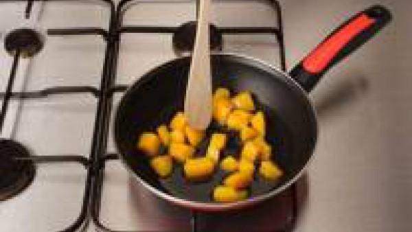 Corta el melocotón en dados grandes y dóralos en una sartén con un poco de almíbar.