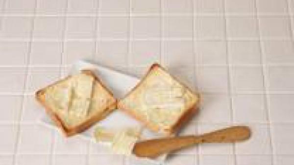 Cubre con el queso brie el pan tostado.
