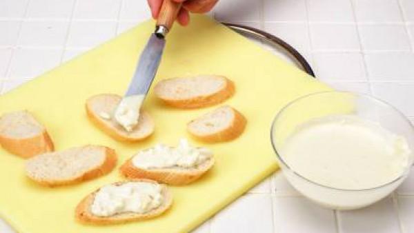 Elabora una crema con el queso, el Avecrem y la nata. Extiende sobre el pan.