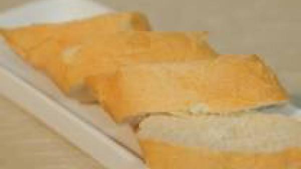 Corta el pan en rebanadas cortadas al bies y el pimiento a tiras finas.