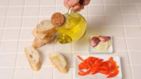 Riega ligeramente las rebanadas de pan con aceite y sazona con Avecrem Verduras -30% de sal.